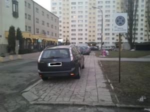 Když nejsou garáže v domě, nezbývá než parkovat i na zákazu zastavení ... nebo to vzdát a vystěhovat se za město.
