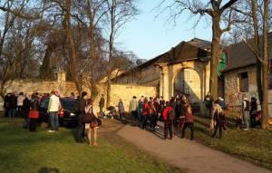 Kulturní komise MČ Praha 5 si uvědomuje vážnost stavu kulturní památky - Thunova zámečku a usedlosti Cibulka, proto se 18. března 2015 sešla přímo u památkově chráněného objektu.