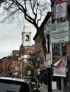 Složotostí parkování jsou proslulé Spojené státy. V Bostonu má každá čtvrť svá specifika a před zaparkováním si pozorně přečtete všechny tabulky na sloupech. Tabulek je fakt hodně. Aspoň slabá útěcha, že v Praze je to vlastně ještě docela jednoduché.