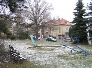 Zpustlé hřiště na rohu ulic Baldové a Štepánkova